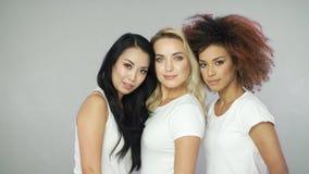 Modelos bonitos das mulheres nos t-shirt brancos vídeos de arquivo