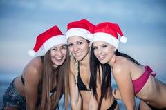 Modelos brilhantes satisfeitos prontos para o Natal fotografia de stock