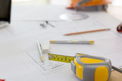 Modelos, casco de protección, vidrios, etiquetas engomadas, nivel de la construcción, pluma en oficina Foto de archivo libre de regalías