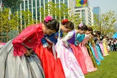 Modelos coreanos que toman un arco Foto de archivo libre de regalías