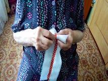 Modelos de bordado de una mujer mayor almacen de video