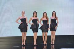 Modelos de forma na cabine de Infiniti fotografia de stock royalty free