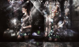 Modelos de forma na moda nos raios de sol sobre o fundo abstrato Imagem de Stock Royalty Free