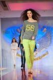 Modelos de forma na passarela Fotografia de Stock Royalty Free