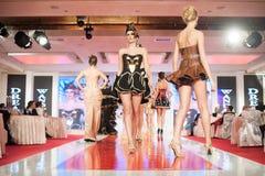 Modelos de forma na passarela Foto de Stock Royalty Free