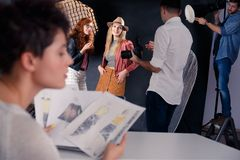 Modelos de forma que falam com fotógrafo Imagens de Stock Royalty Free