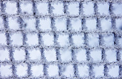 Modelos de la helada natural y de los copos de nieve en una rejilla i del metal Imagen de archivo
