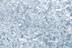 Modelos de la helada sobre el vidrio de ventana en invierno Textura del vidrio helado azul Fotografía de archivo libre de regalías