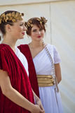 Modelos de las hembras vestidos en trajes romanos antiguos Fotos de archivo