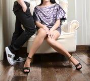 Modelos de manera que se sientan en silla Fotografía de archivo