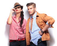 Modelos de moda casuales jovenes que presentan en estudio