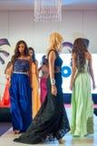 Modelos de moda en prolongación del andén Imagen de archivo