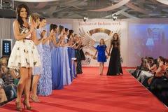 Modelos de moda en prolongación del andén Foto de archivo libre de regalías