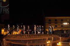 Modelos de moda que caminan en un puente Fotografía de archivo