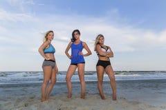 Modelos del bikini en la playa Foto de archivo libre de regalías