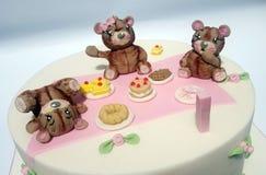 Modelos do piquenique dos ursos de peluche em um bolo Fotografia de Stock Royalty Free