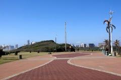 Modelos en calzada en la 'promenade' en Durban frente al mar Imagen de archivo libre de regalías