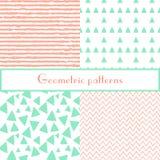 Modelos en colores pastel inconsútiles geométricos con los triángulos y las rayas Fotos de archivo libres de regalías