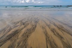 Modelos en la arena en la costa costa de Cornualles Imagen de archivo libre de regalías
