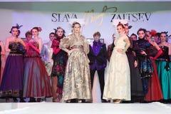 Modelos en la demostración del diseñador Slava Zaitsev Foto de archivo libre de regalías