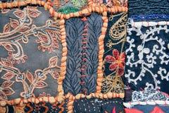 Modelos en la manta vieja con formas y símbolos geométricos Imágenes de archivo libres de regalías