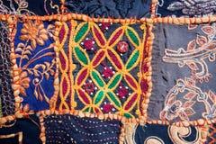 Modelos en la manta vieja con formas y símbolos geométricos Foto de archivo libre de regalías