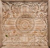 Modelos en la puerta de madera antigua con las tallas simbólicas Foto de archivo libre de regalías