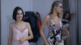 Modelos en ropa interior en la sesión fotográfica dentro de la orden que espera del estudio para almacen de video