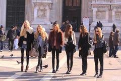 Modelos entre bastidores en la calle Foto de archivo libre de regalías