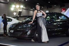 Modelos fêmeas não identificados com Peugeot Imagens de Stock Royalty Free