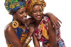 Modelos femeninos africanos que presentan en vestidos Imagen de archivo libre de regalías