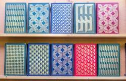 Modelos geométricos grabados en relieve en las cubiertas duras de libros imagen de archivo