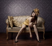 Modelos glamoroso luxuosos no ouro Fotografia de Stock Royalty Free