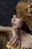 Modelos glamoroso luxuosos no ouro Fotos de Stock