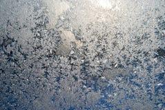 Modelos hechos por la helada en el vidrio de ventana Imagenes de archivo