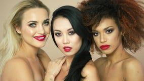 Modelos hermosos con los labios rojos almacen de video