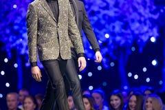 Modelos hermosos de los hombres de la pista del desfile de moda Foto de archivo