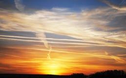 Modelos hermosos en puesta del sol colorida de las nubes Imagen de archivo libre de regalías
