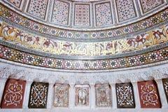 Modelos islámicos del arte en una pared histórica de la mezquita Imágenes de archivo libres de regalías