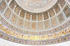 Modelos islámicos del arte en una pared histórica de la mezquita fotos de archivo