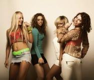 Modelos jovenes en alineada colorida Fotografía de archivo libre de regalías