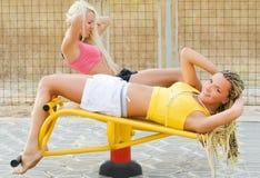 Modelos jovenes que se resuelven en patio de la aptitud Fotos de archivo