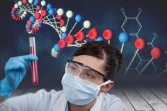 Modelos médicos que sostienen un tubo de ensayo contra con fondos de los gráficos de la DNA Imagenes de archivo