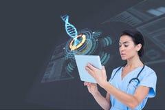Modelos médicos que tocan la tableta contra fondos de los gráficos de la DNA Fotografía de archivo libre de regalías