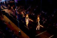 Modelos novos que andam abaixo da passarela no desfile de moda Desfile de moda em Eslováquia, Ruzomberok, data 10 de setembro de  Imagem de Stock Royalty Free