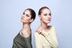 Modelos novos que levantam na roupa ocasional à moda Imagens de Stock Royalty Free