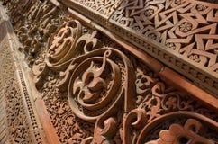 Modelos ornamentales musulmanes geométricos y florales tradicionales en la tumba medieval del ` s de Karakhanid en Uzgen, región  fotos de archivo
