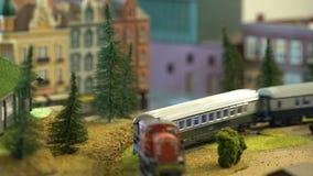 Modelos perfeitos dos trens velhos do vapor e as locomotivas diesel e as estações de trem modernas filme