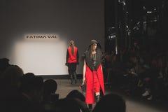 Modelos que caminan la pista en la caída de Fatima Val/el coll del invierno 2015/16 Fotografía de archivo