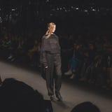 Modelos que caminan la pista en la caída de Fatima Val/el coll del invierno 2015/16 Imágenes de archivo libres de regalías